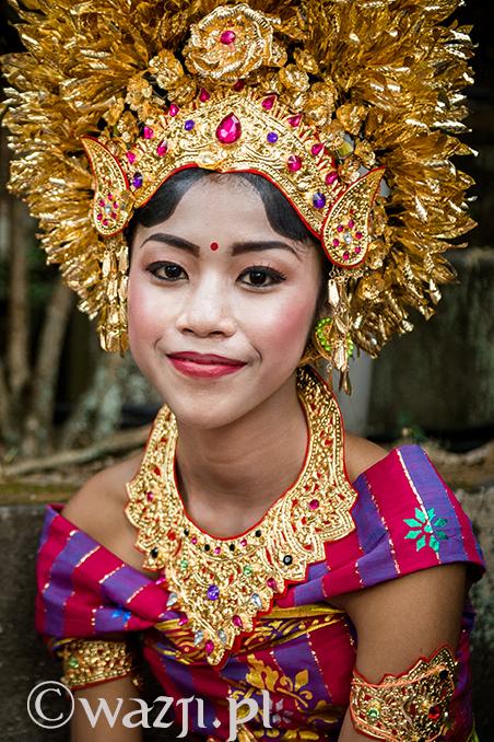 Indonezja, Bali. Młoda Balijka podczas ceremonii w światyni w Ubud. (październik 2014)