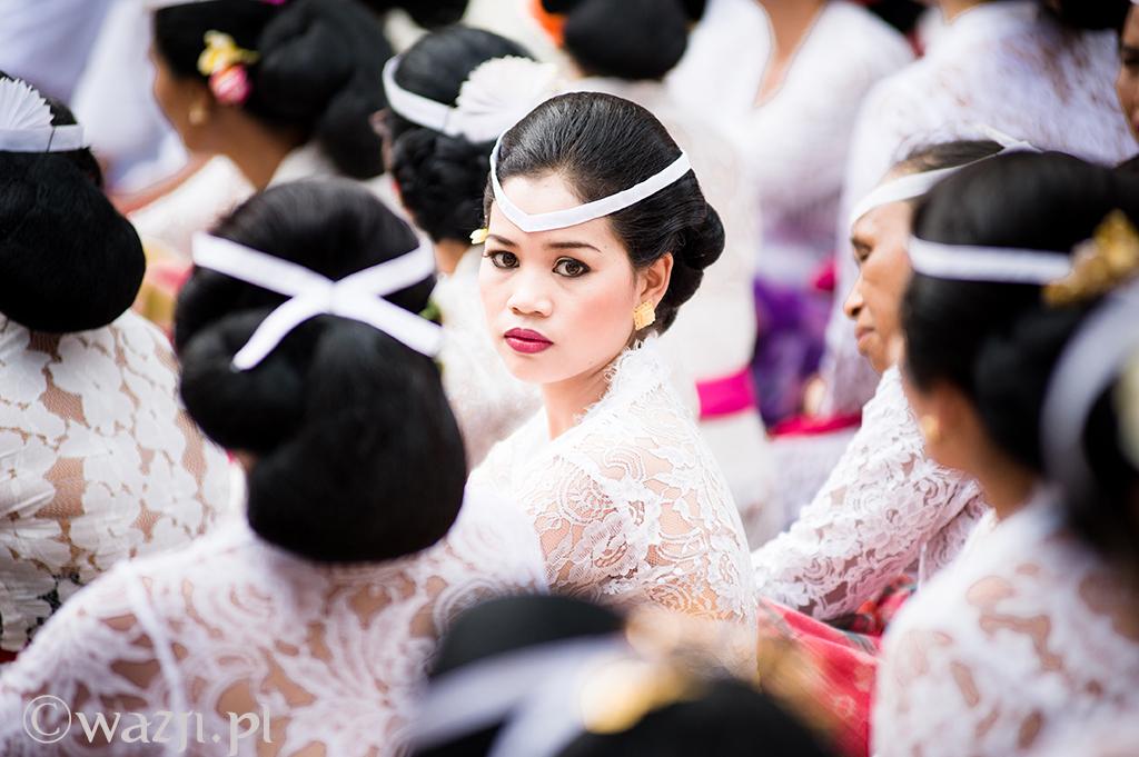 Indonezja, Bali. Piękna Balijka podczas ceremonii w światyni w Peliatan. (październik 2014)