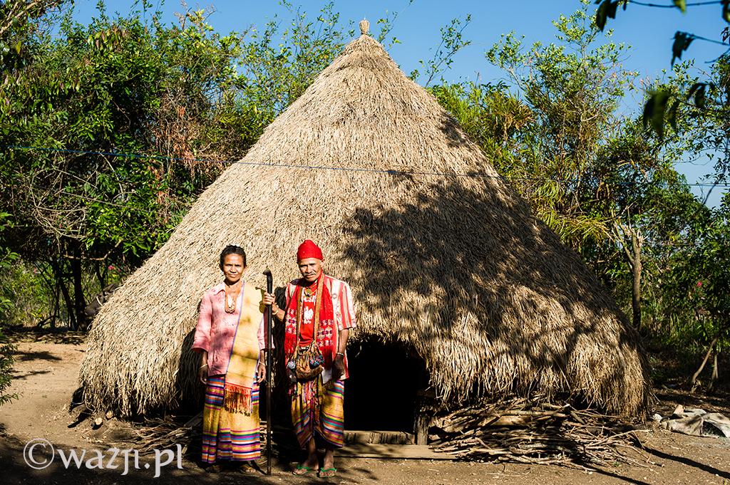 15. Indonezja, Timor Zachodni. Mateos Anin, były szef Fatumnasi pozujący wraz z żoną przed domem. Zerknijcie na jego koszulkę. (listopad 2014)