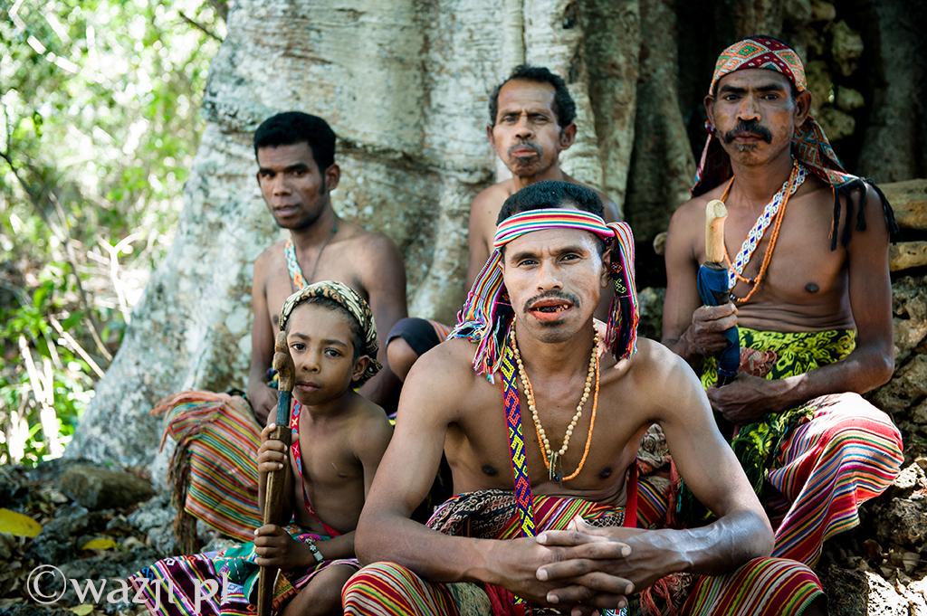 """16. Indonezja, Timor Zachodni. Andreas, szef wioski Nome wraz z ekipą """"łowców głów"""". (listopad 2014)"""