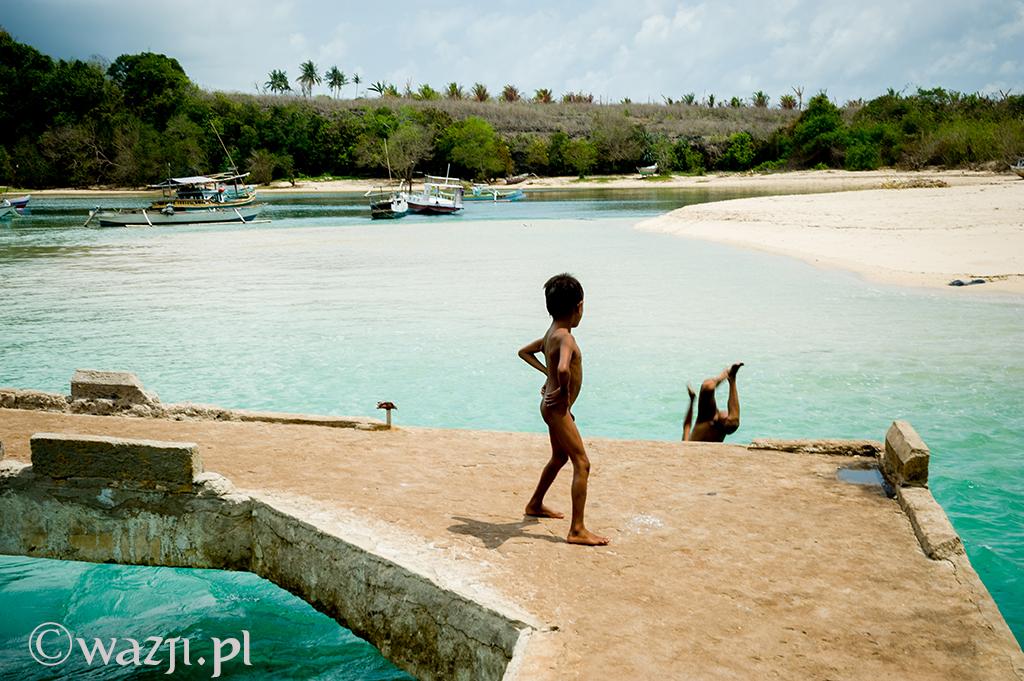 24. Indonezja, Sumba. Urocze dzieci z wioski Pero. Inna sprawa, że po kilku skokach do wody poprosiły o pieniądze. (listopad 2014)