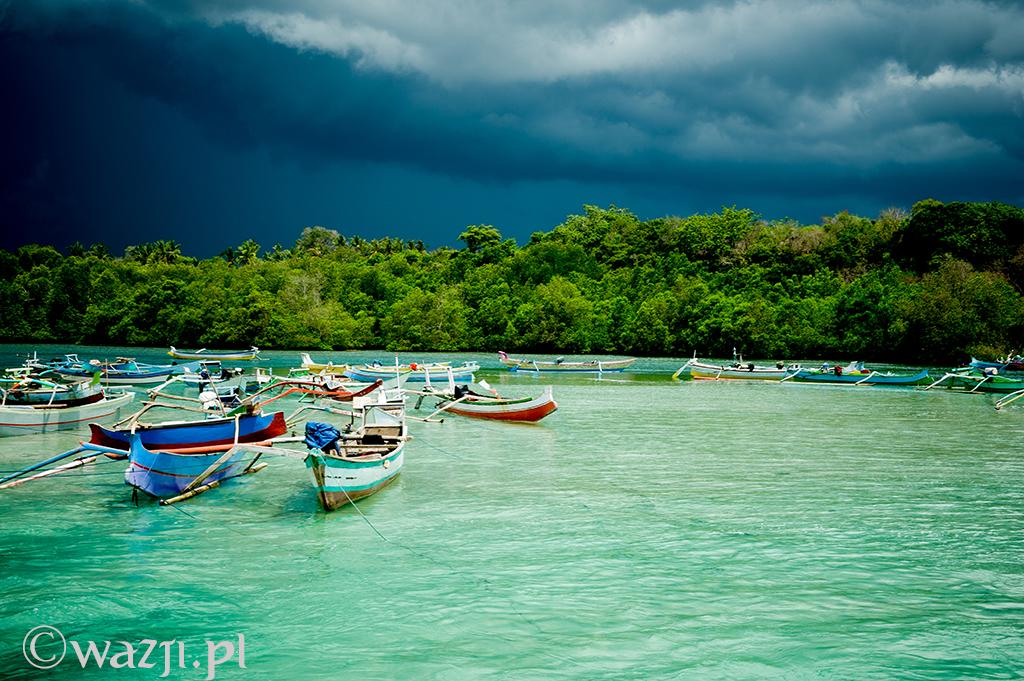 25. Indonezja, Sumba. W listopadzie na Sumbie zaczęła się już pora deszczowa i każdego dnia nad wyspą zbierały się ciemne chmury. ( listopad 2014)