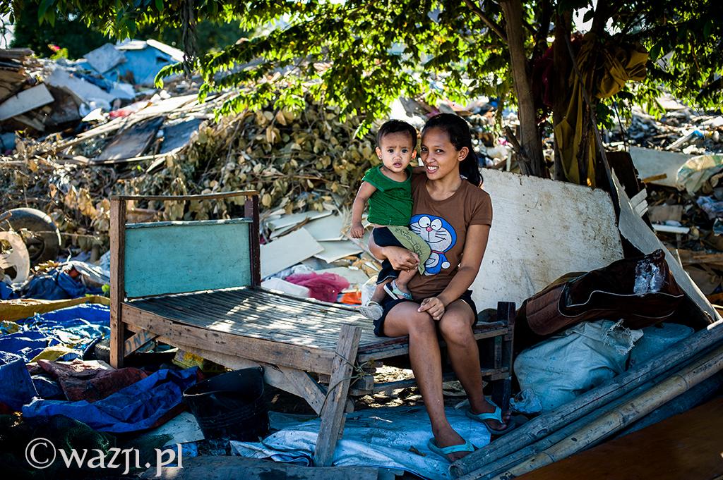 Filipiny, Manila. Rodzinne szczęście na wysypisku śmieci. Porażające i jednocześnie zwyczajne.