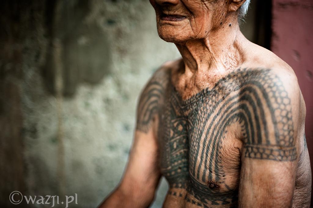 7. Filipiny, Kalinga. Patricio, jeden z ostatnich łowców głów i jego ciało pokryte tradycyjnym tatuażem wojowników. (kwiecień 2014)