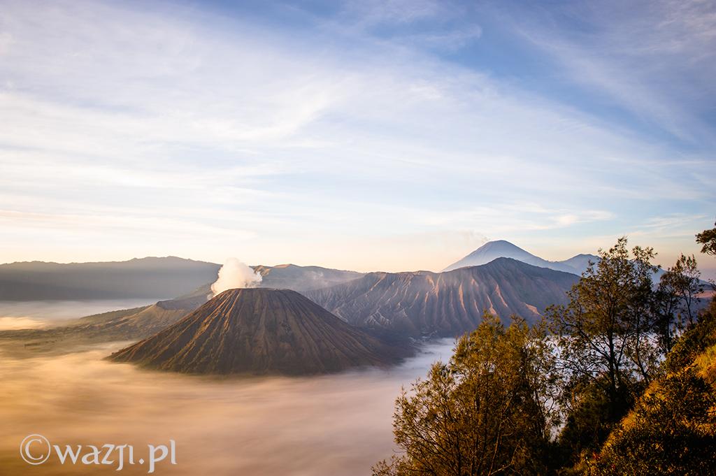 Indonezja, Jawa. Wschód słońca nad wulkanem Bromo. Zdjęcie wybrane metodą chybił-trafił. (wrzesień 2014)