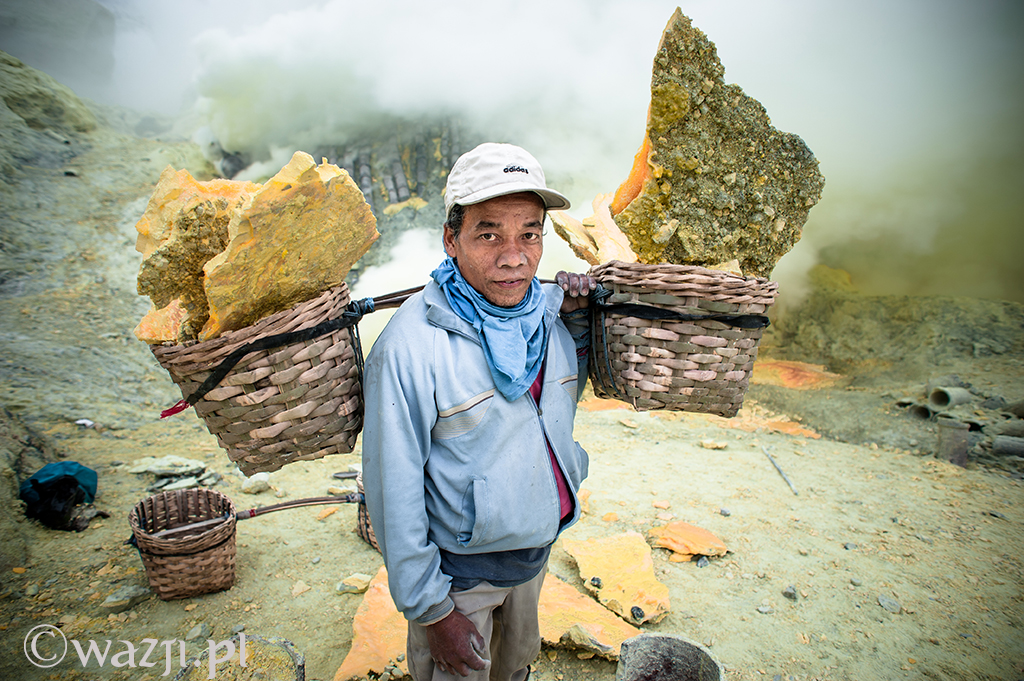 Indonezja, Jawa. Busaini - górnik z kopalni siarki w Kawah Iljen. (wrzesień 2014)