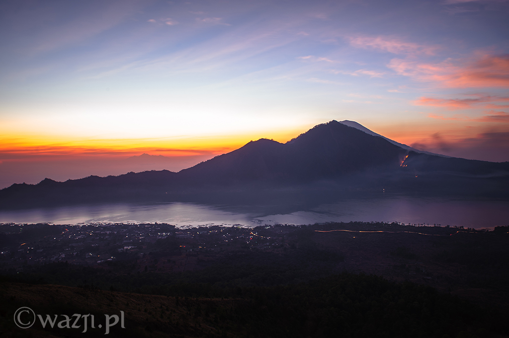 Indonezja, Bali. Wschód słońca z wulkanu Batur. (październik 2014)