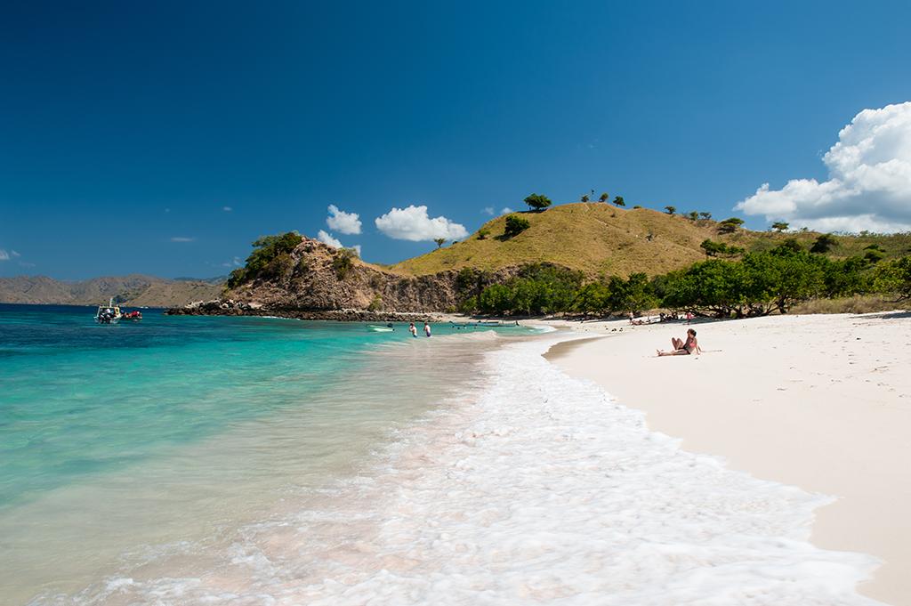 Pantai Merah albo Pink Beach po angielsku zawdzięcza swoją nazwę kolorowi piasku,  czerwonawego z powodu czerwonawych koralowców.
