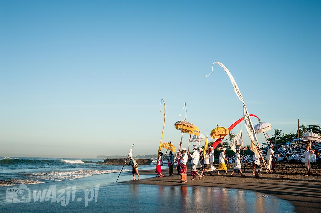 Ceramonia Melasti na plaży w Canggu