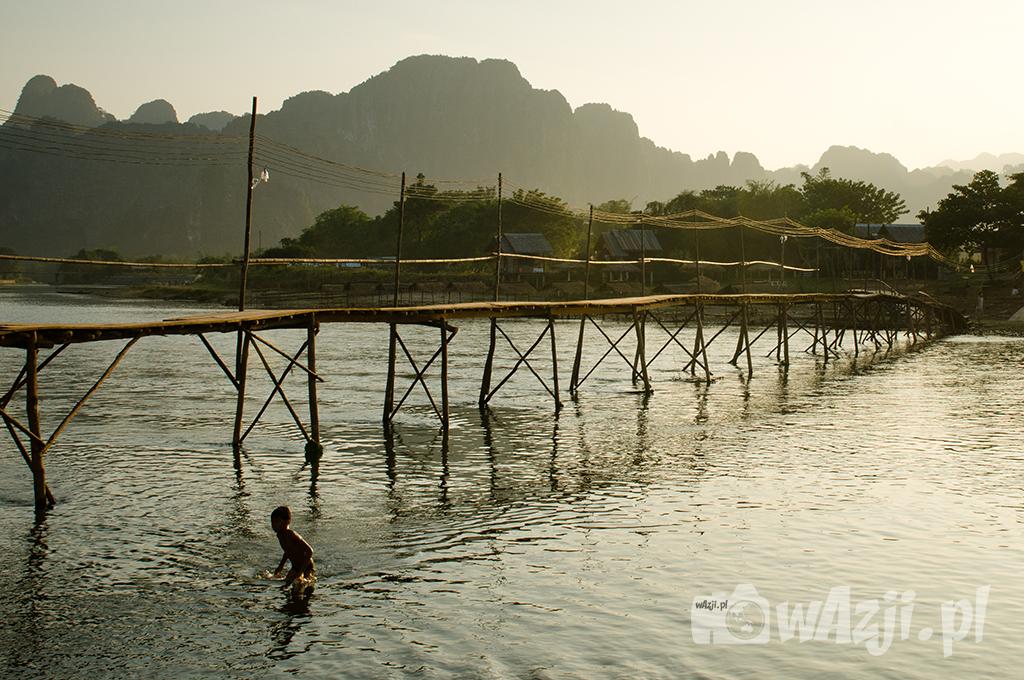 Most nad rzeką Song w Vang Vieng