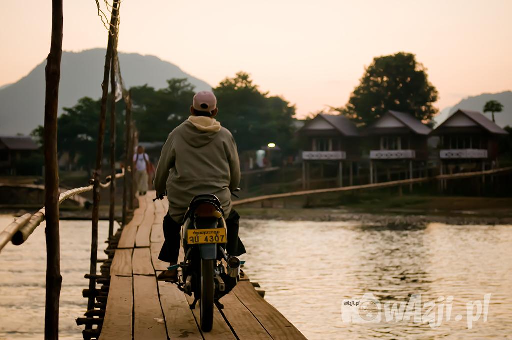 Zachód słońca na moście w Vang Vieng.