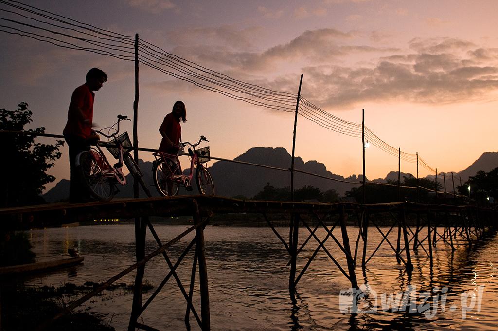 Rowerzyści powracający z wycieczek w okolicach Vang Vieng.