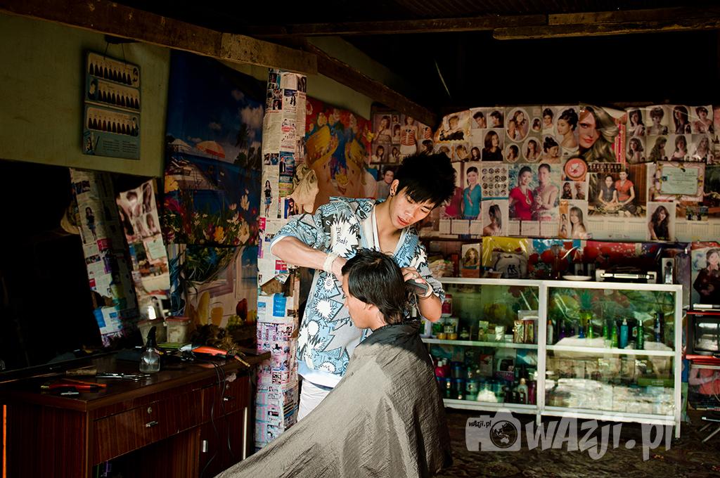 Lokalny fryzjer w Muang Sing.