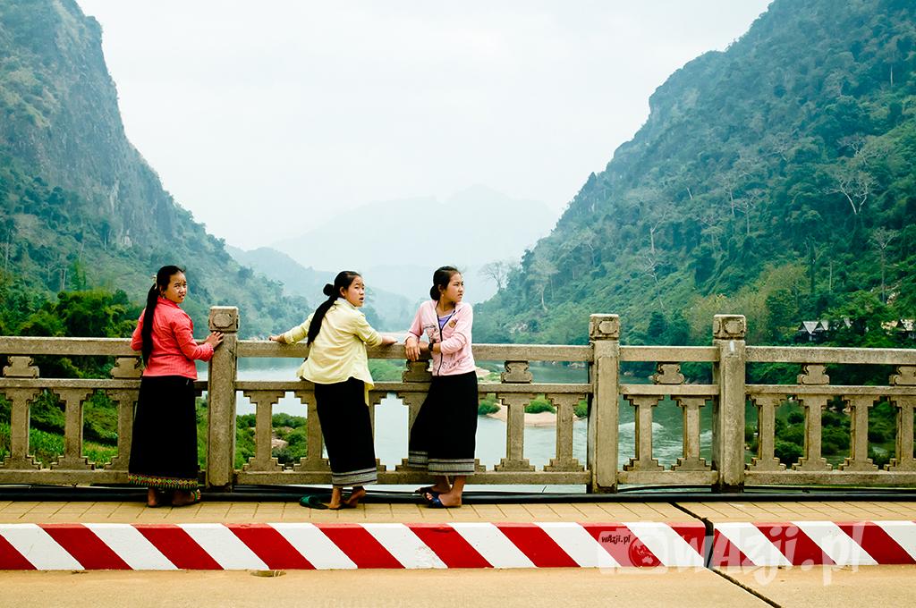 Trzy laotańskie gracje z nong Khiaw.