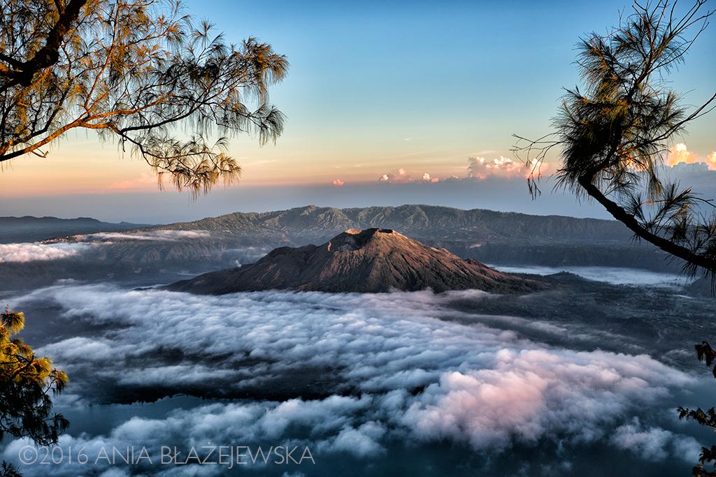 Gunung Abang, Bali. Maj 2016. Wyobraźcie sobie morze chmur i wyłaniający się z nich wierzchołek wulkanu. Taki widok możecie zobaczyć o wschodzie słońca z góry Abang.
