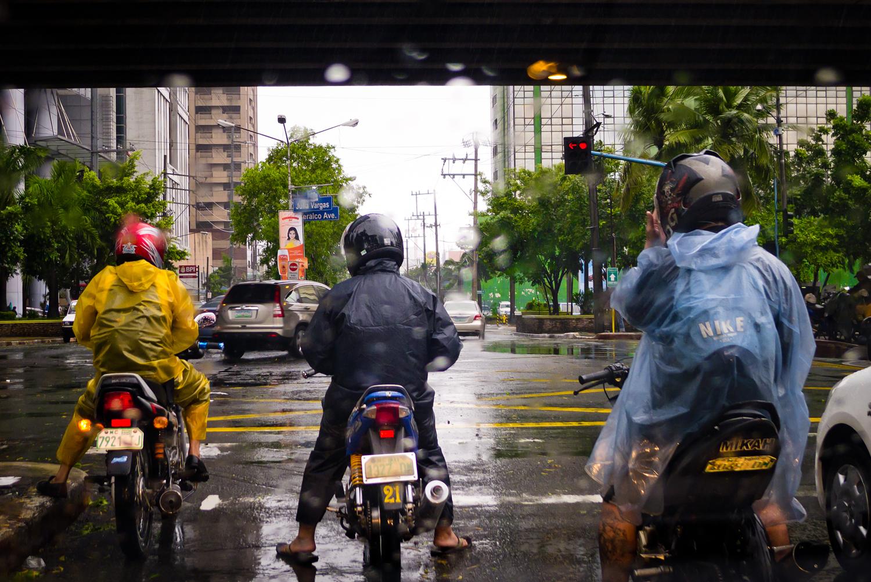 Tajfun Nesat_motocykliści na ulicach Ortigas, Manila.