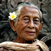 Bali 2008. Urocza staruszka z Pura Beji.