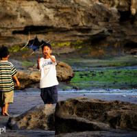 Bali 2008. Puszczanie latawca w Tanah Lot.