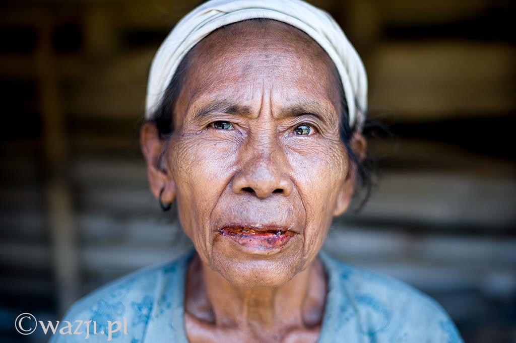 23. Indonezja, Sumba. Sąsiadka Inarety. Poważna, nieśmiała, żująca betel. (listopad 2014)
