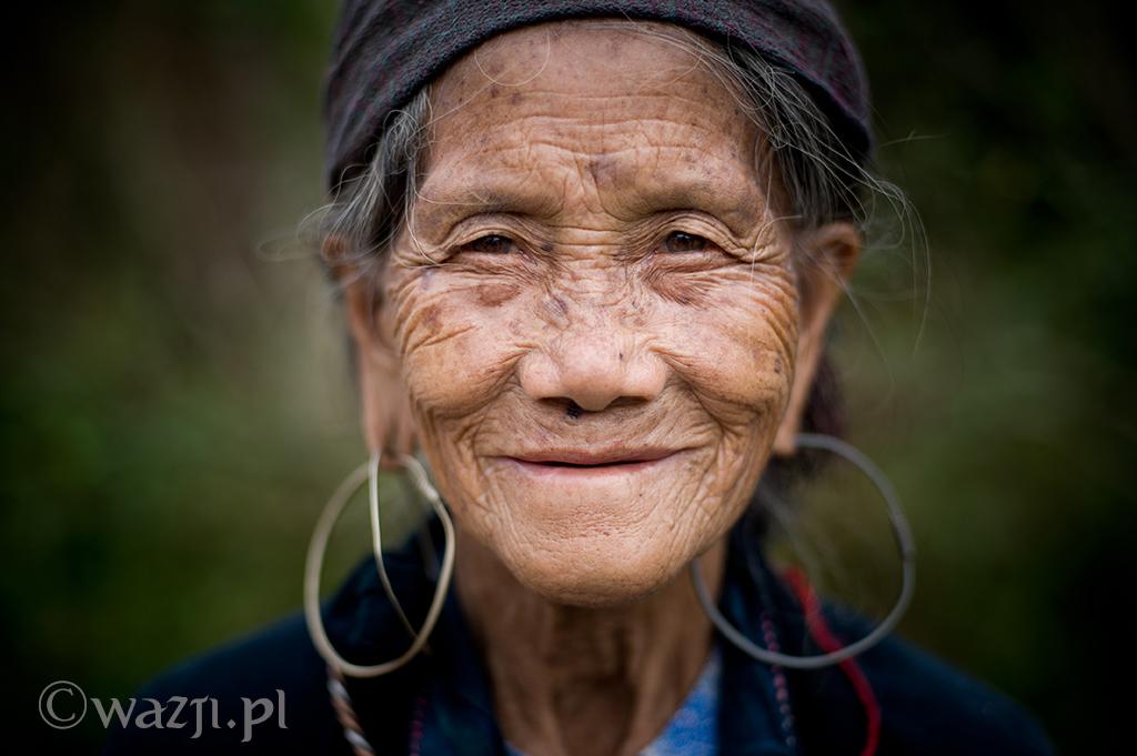 36. Wietnam, Sapa. Październik 2012. Piękna twarz kobiety Hmong.