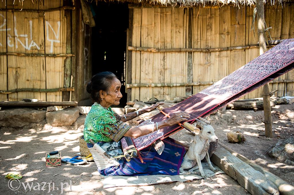 30. Indonezja, Timor Zachodni. Listopad 2014. Tkaczka z wioski Tamkessi.