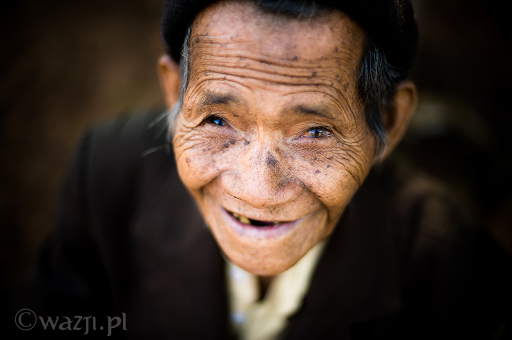 35. Wietnam, Kon Tum. Grudzień 2013. Starszy mężczyzna mieszkający w jednej z wiosek pod Kon Tum.