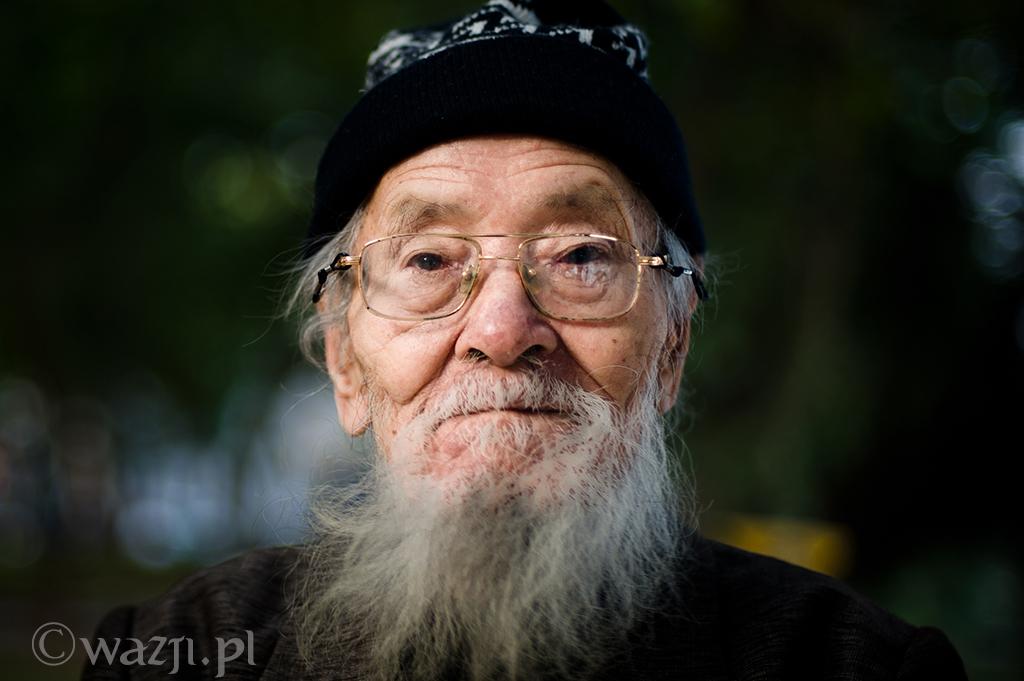 5. Wietnam, Hanoi. Grudzień 2012. Przesympatyczny starszy człowiek odpoczywający nad jeziorem Hoan Kiem.