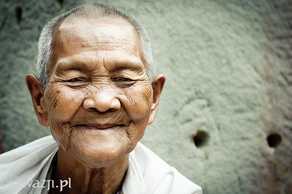 31. Kambodża, Siem Reap. Kwiecień 2012. Mniszka z jednej ze świątyń.