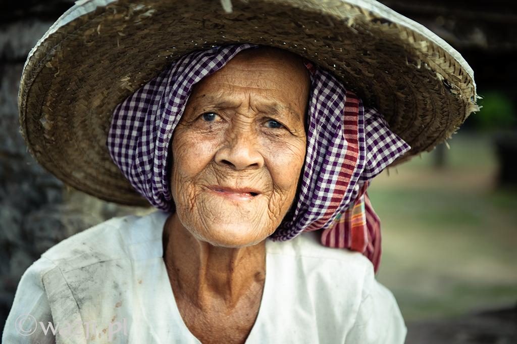 26. Kambodża, Siem Reap. Kwiecień 2012. Kobieta w tradycyjnej khmerskiej chustce.
