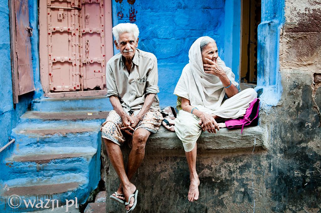 17. Indie, Radźastan. Kwiecień 2011. Starsze małżeństwo odpoczywające przed swoim domem w Jodhpurze.