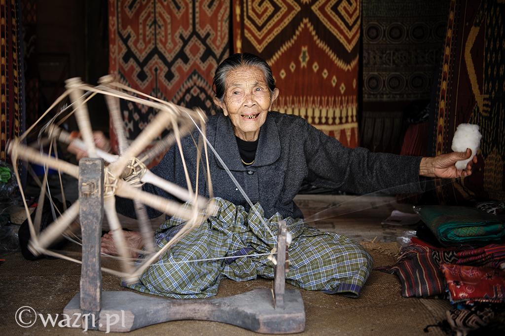 21. Indonezja, Sulawezi. Sierpień 2013. Nene Panggao, wówczas 84-letnia tkaczka z wioski Sa'dan.