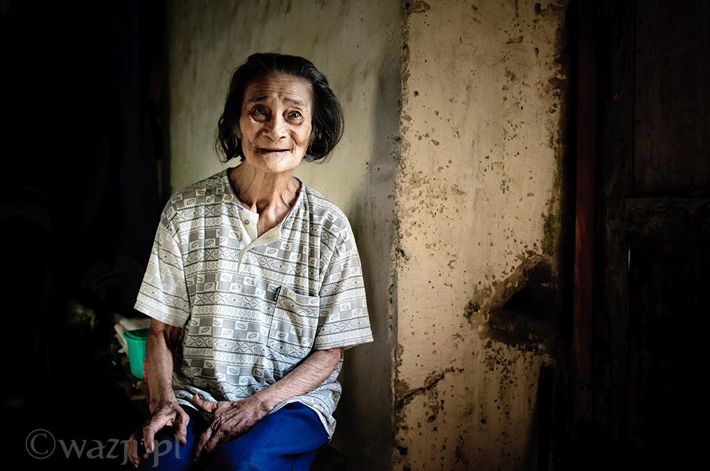 14. Filipiny, Batanes. Listopad 2011. Babcia Ida, starsza lokatorka Domu Dakay, najstarszego budynku na wyspie Batan.