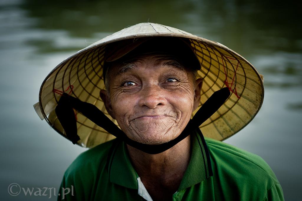 27. Wietnam, Hoi An. Październik 2012. Niezwykle pogodny starszy człowiek, którego można spotkać nad rzeką.