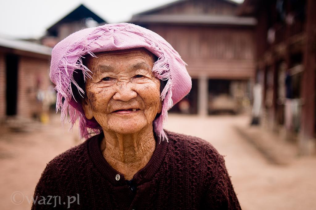 22. Laos, Muang Sing. Grudzień 2010. Kobieta należąca do Tai Lue, jednej z grup etnicznych północnego Laosu.
