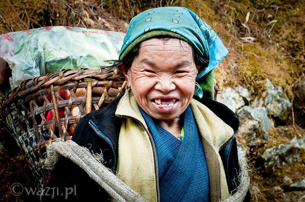 8. Nepal, Himalaje. Kwiecień 2009. Wesoła pani tragarz spotkana na szlaku z Namche Bazaar do Lukli.