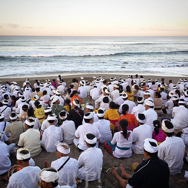 Ceremonia puryfikacyjna na plaży.