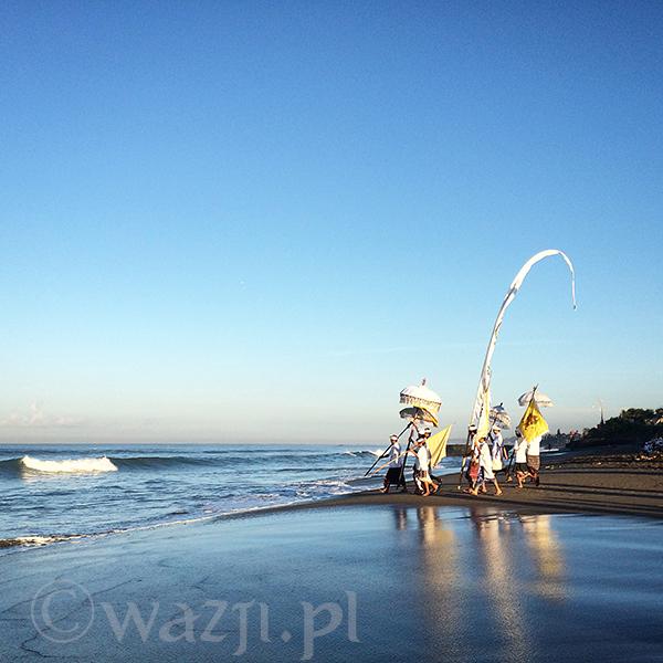 Ceremonia Melasti na plaży Batu Bolong.