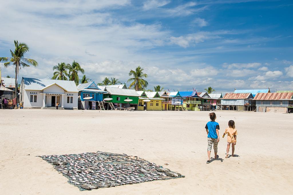 Suszone rybki, czyli lokalny rarytas na głównym placu na wyspie Messah.