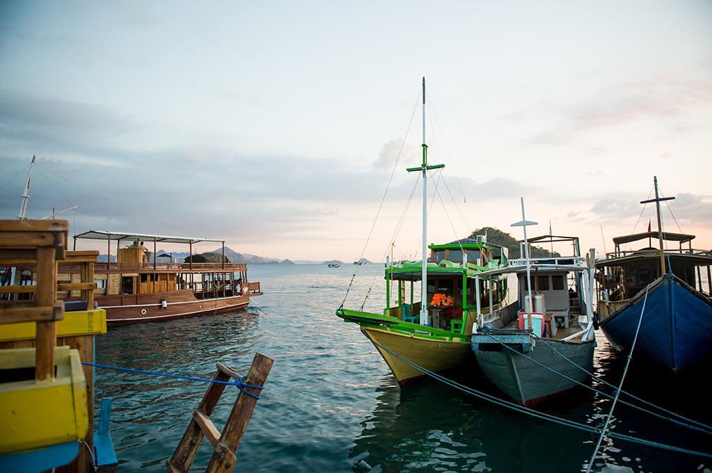 Port w Labuan Bajo wieczorową pora zwykle wieje nudą.