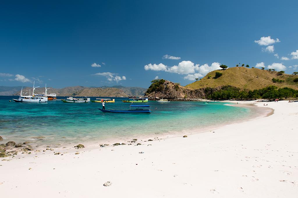 Pink Beach - osobisty numer 1. Punkty za rafę, piasek i widok z góry.