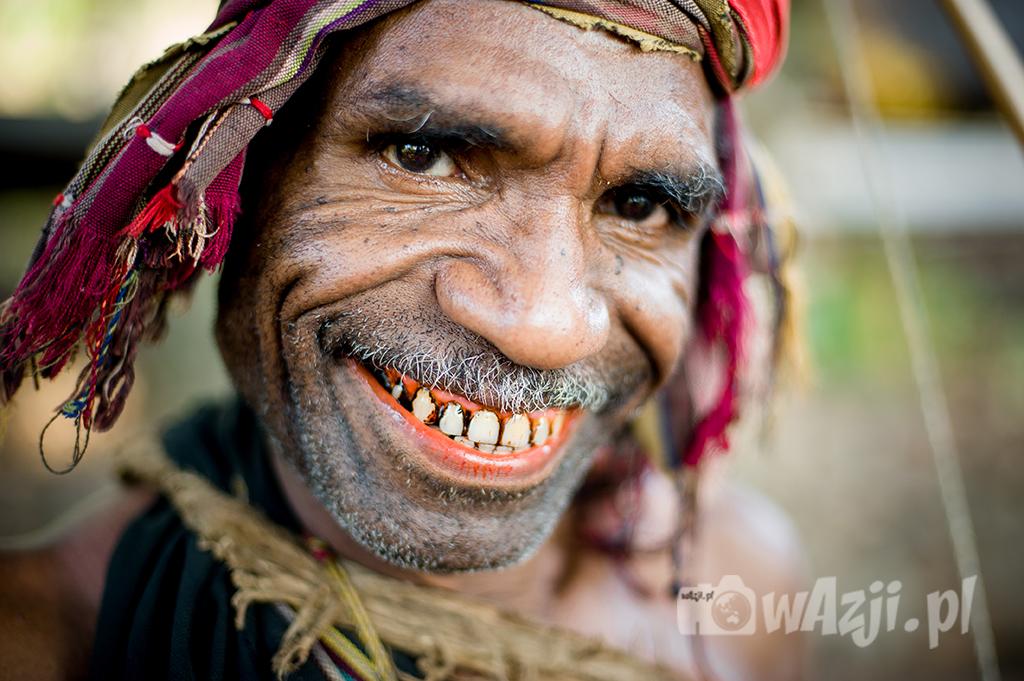 Indonezja, Alor. Nadzwyczaj uroczy szef wioski Takpala i jego szczery uśmiech. (lipiec 2015)
