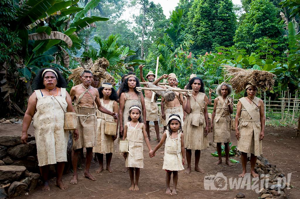 Indonezja, Alor. Mieszkańcy  wioski Mombang przyodziani w stroje z kory drzew. (lipiec 2015)