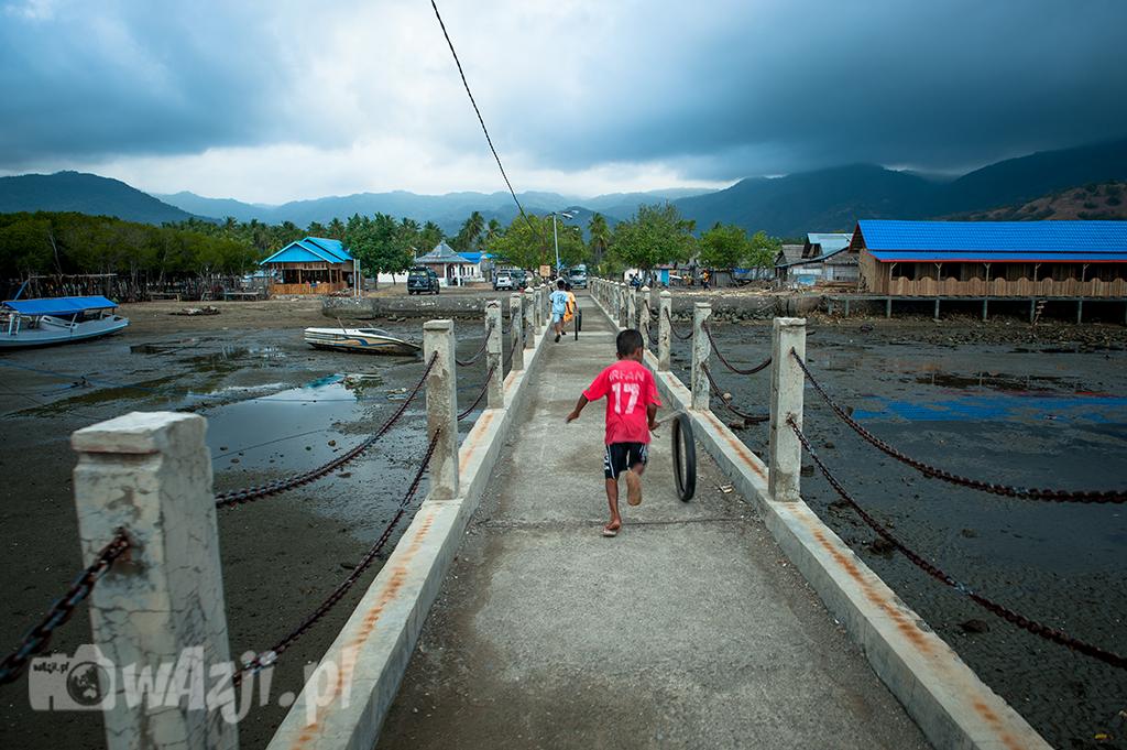 Indonezja. Flores. Dzieci w Riung z pewnością nie narzekają na nudę. (sierpień 2015)