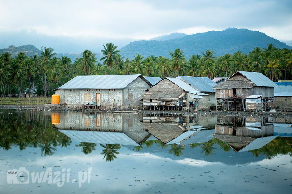 Indonezja, Flores.  Riung, okolice nieopodal portu późno popołudniową porą. (sierpień 2015)