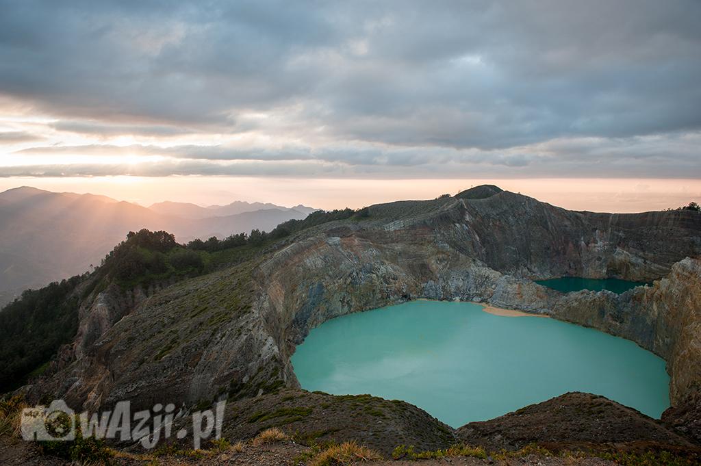 Indonezja, Flores. Kelimutu - sławny wulkan i jedno z kolorowych jezior. (sierpień 2015)