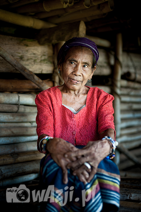 Indonezja, Sumba. Dina, która potrafi pozować, jak prawdziwa modelka. (luty 2015)