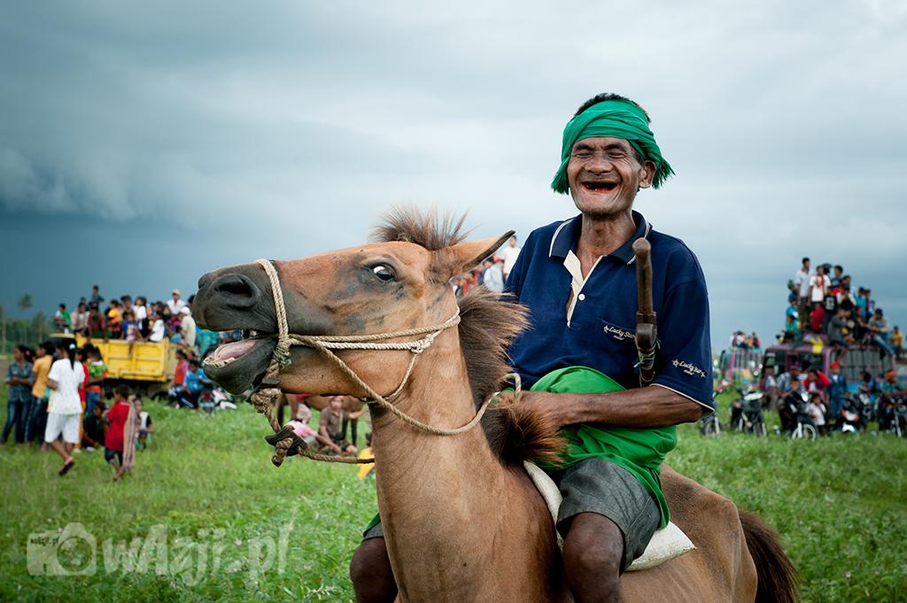 Indonezja, Sumba. Jeździec podczas Pasoli i jego koń. Uderzające podobieństwo. (luty 2015)