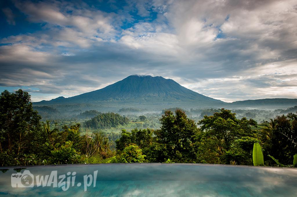 Indonezja, Bali. Poranek z widokiem na Gunung Agung, najwyższy szczyt wyspy. (luty 2015)