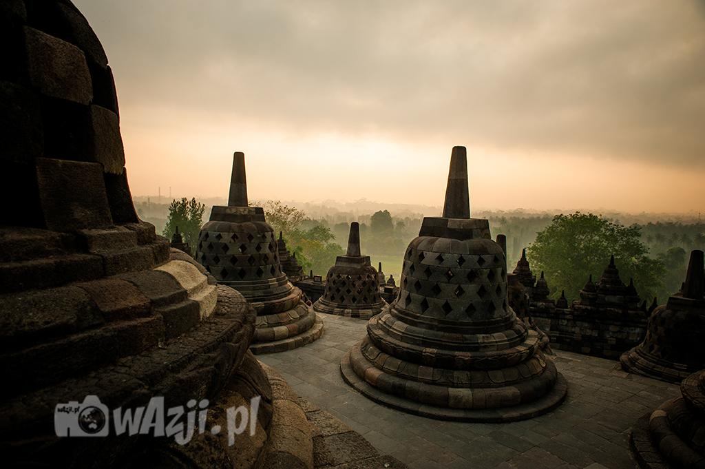 Indonezja, Jawa. Wschód słońca z Borobudur. (maj 2015)