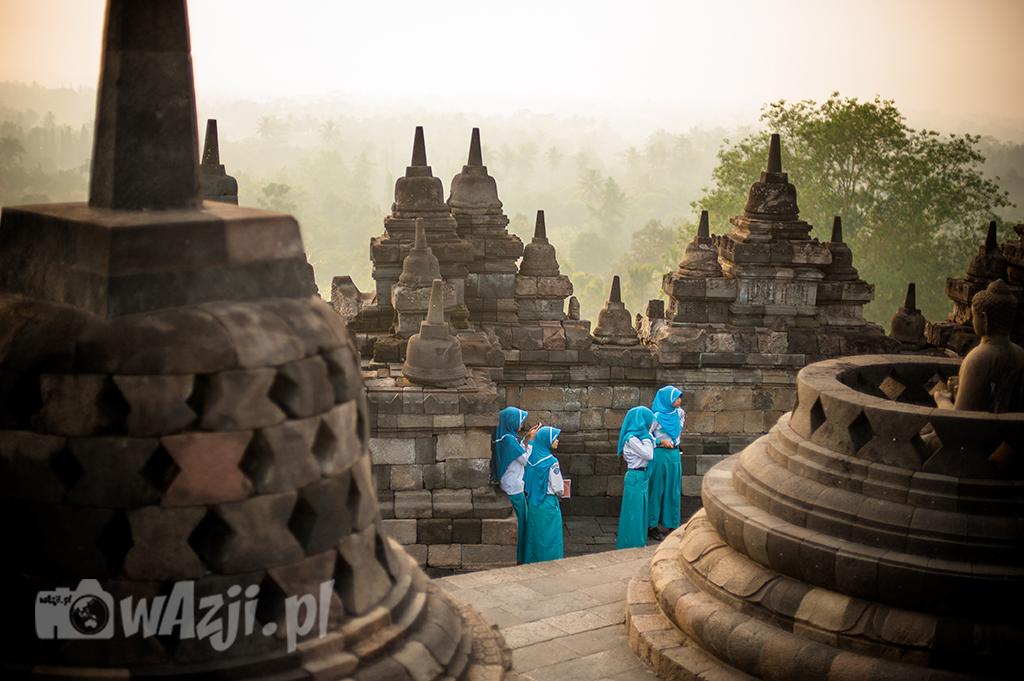 Indonezja, Jawa. Muzułmańskie uczennice w świątyni Borobudur. (maj 2015)